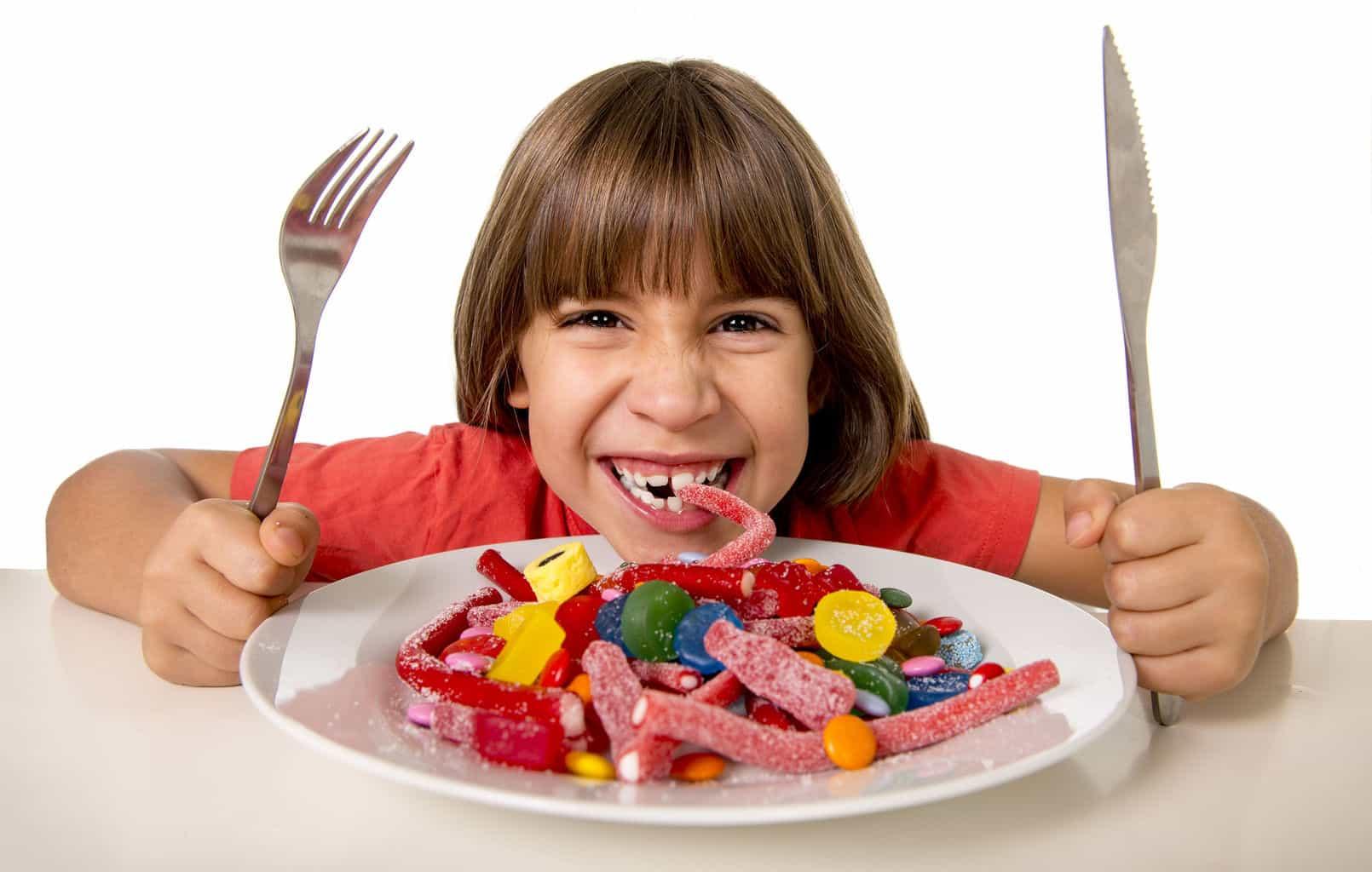 Фото детей и конфет